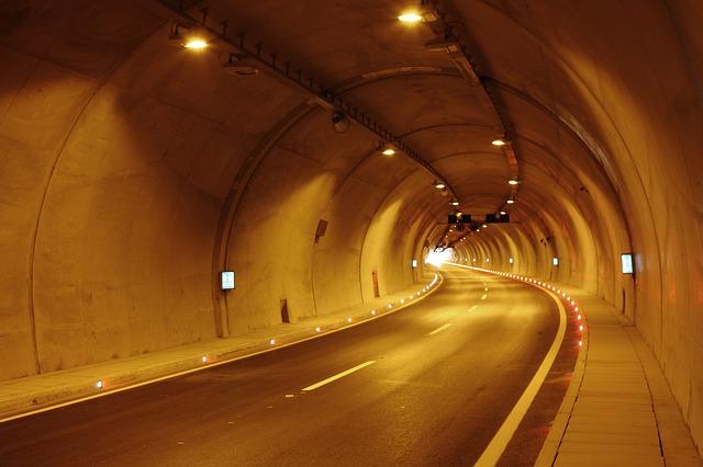 silnice v tunelu