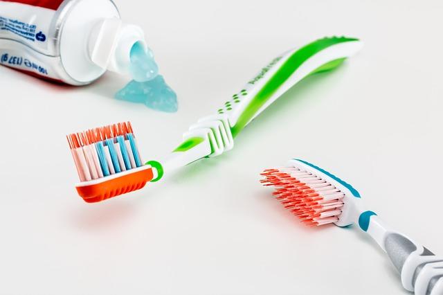 Kartáčky a pasta na zuby