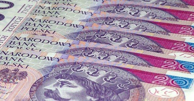 polské bankovky na ploše