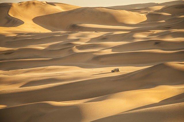Pouštní krajina s autem
