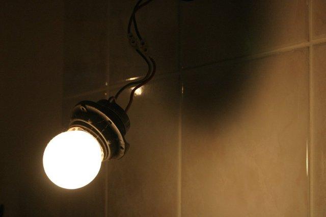 rozsvícená žárovka v objímce.jpg